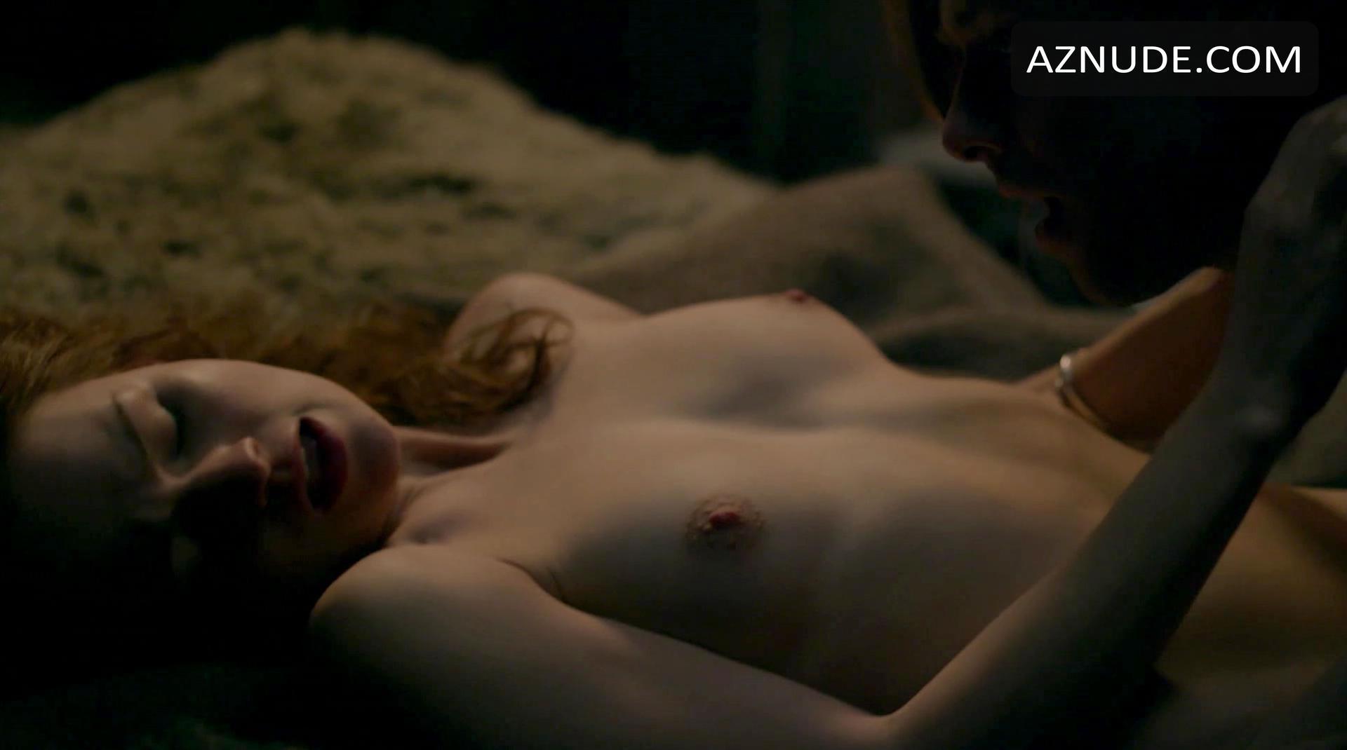 Sophie Skelton Nude