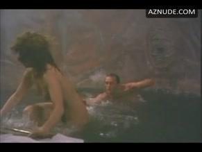 Elizabeth Shé  nackt